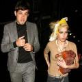Mark Ronson rend hommage à Amy Winehouse en concert (vidéos)