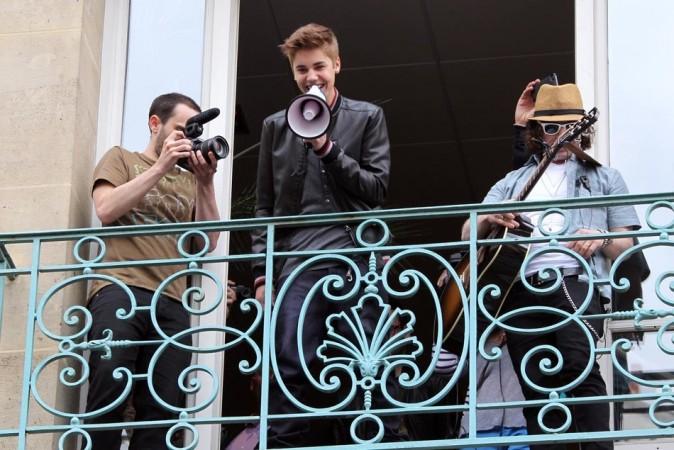Justin Bieber provoque une émeute dans Paris (vidéo)