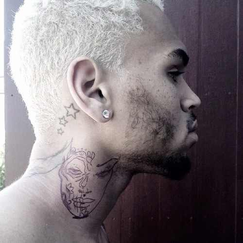 Chris Brown se fait tatouer le visage de Rihanna ?