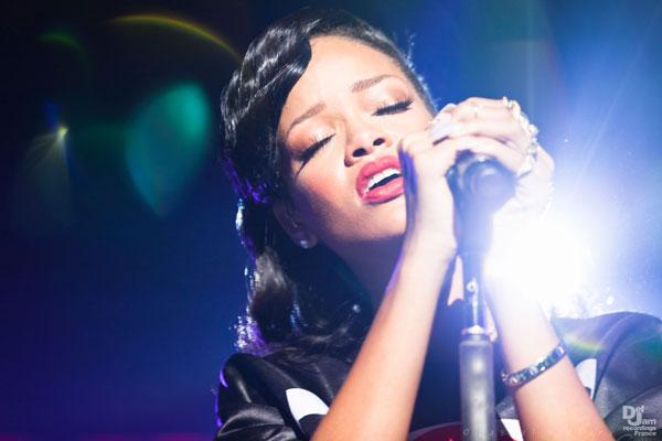 Rihanna explique le titre Unapologetic (photos concert)